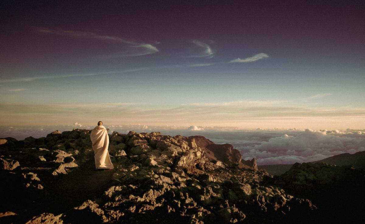 foto yogi di atas bukit